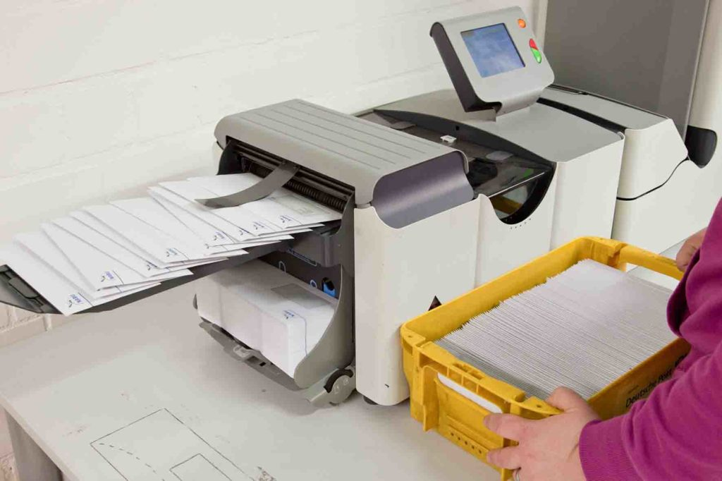 Versand - Kuvertieren mit der Maschine