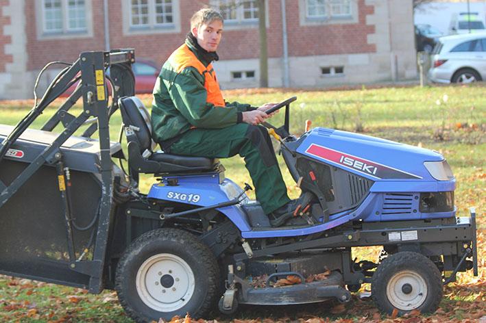 Grünanlagenpflege - Einsatz eines Rasentraktors