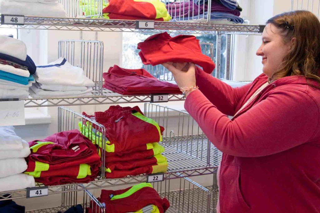 Wäscherei - Legen und sortieren sauberer Wäsche