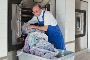Wäscherei - Entleeren einer Industriewaschmaschine