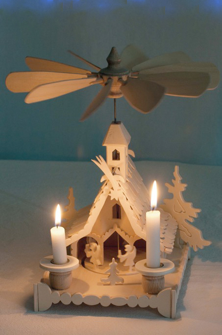 Kleine Pyramide mit Engeln und Kerzen