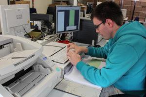 Ein Mitarbeiter übernimmt die vorhandene Registerstruktur in die nun digitale Akte