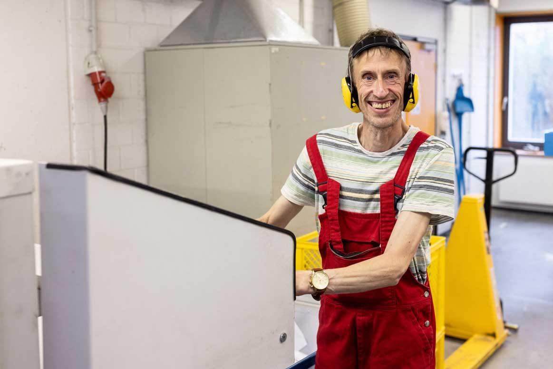 Ein Mitarbeiter bedient einen Industrieshredder