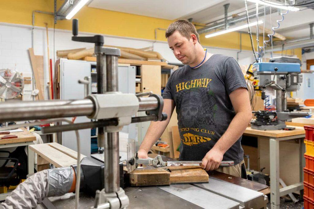 Ein Beschäftigter arbeitet an einer Fräse