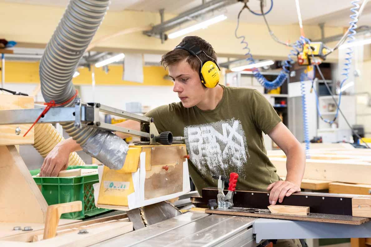 Ein Beschäftigter arbeitet an einer Kreissäge